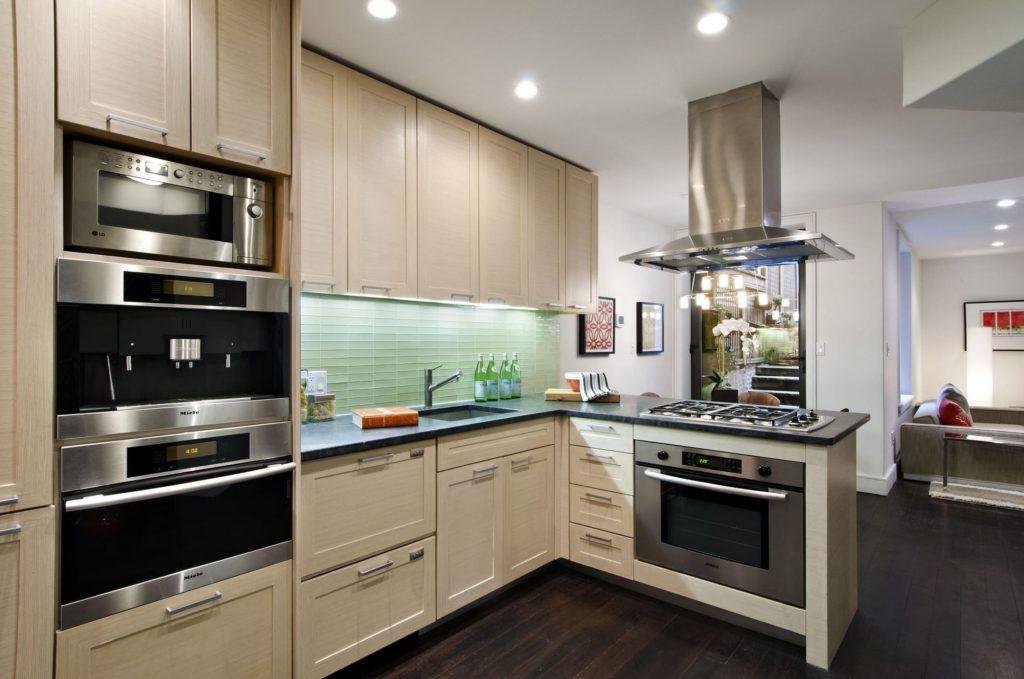 Микроволновая печь – настолько привычный бытовой прибор, что возникает обманчивое чувство простоты выбора. Мы часто пользуемся ею не только дома, но и на работе.